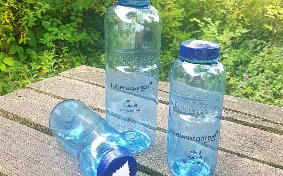 Neu: Wasserflaschen mit Lebensgarten-Logo